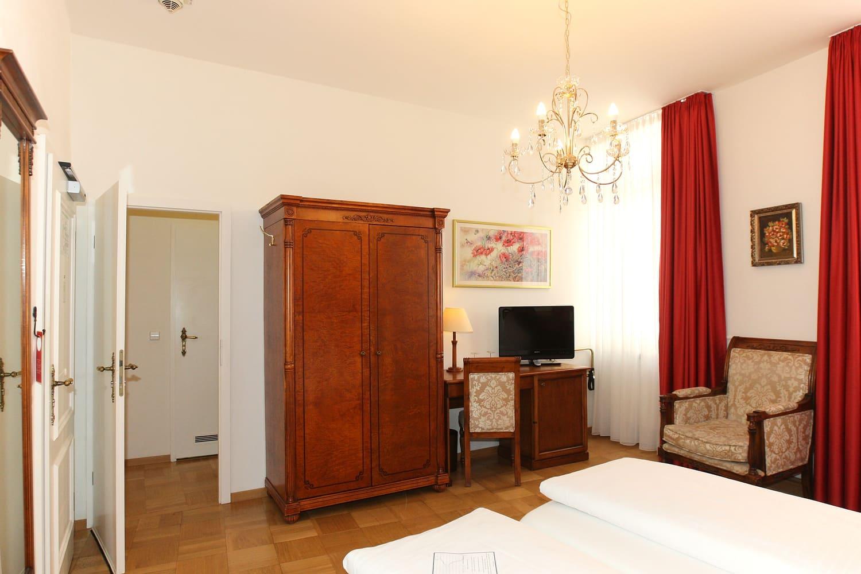 Das Comfort Dreibettzimmer und Schrank
