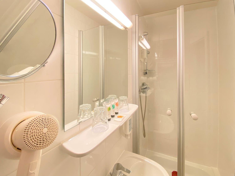 Das Comfort Dreibettzimmer und Dusche