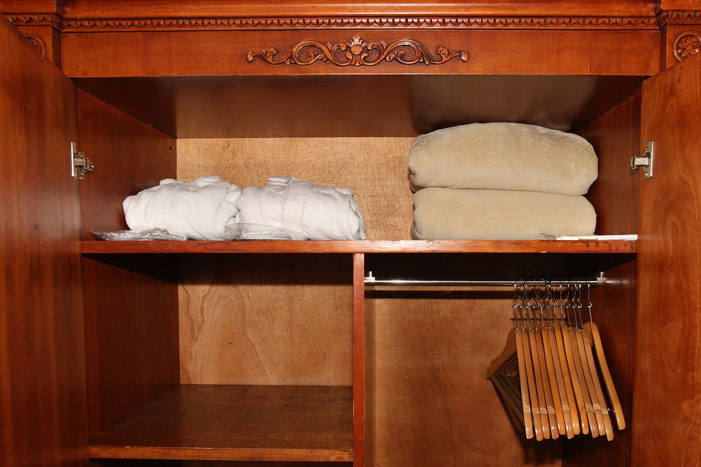Junior Suite Schrank mit Holzhänger und Bademäntel und Decken