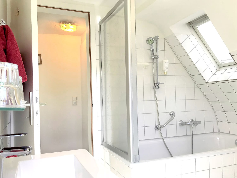 Das Dreibettzimmer Badewanne