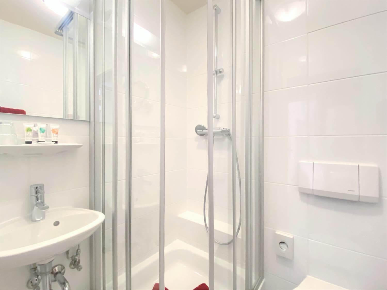 Dusche,waschbecken und wc