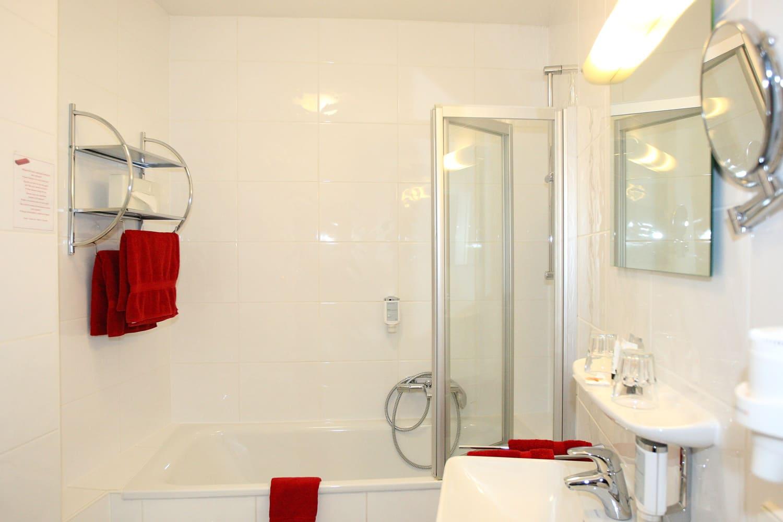 Blaue Suite Badezimmer mit der Badewanne