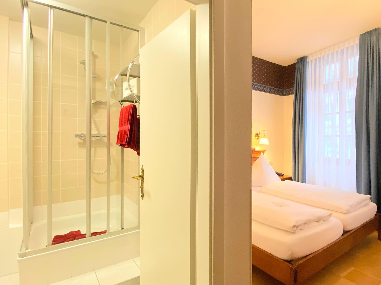 Das Doppelzimmer im 1 Obergeschoss und das Badezimmer