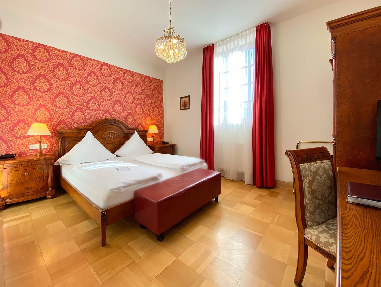Das Doppelzimmer im 1 OG mit roter Tapete