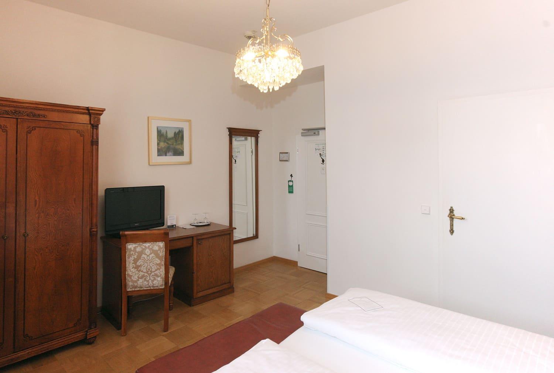 Das Doppelzimmer im 1 OG mit roter Tapete und Schreibtisch