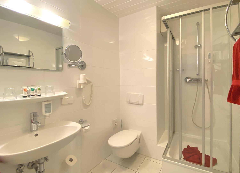 Ein Badezimmer mit Dusche