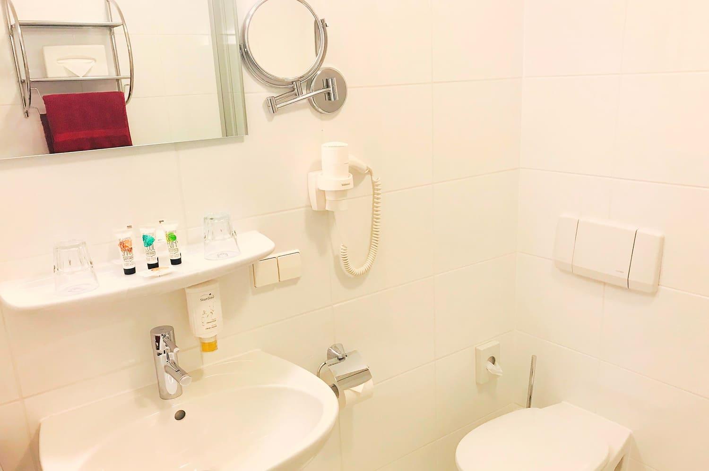 Badezimmer Waschbecken und Toilette