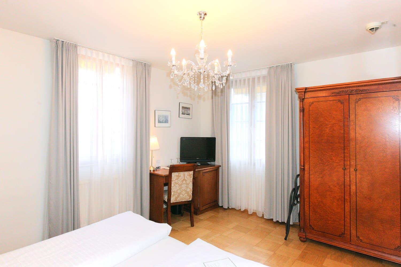 Das Doppelzimmer im 2 Obergeschoss mit grauer Tapete Schrank