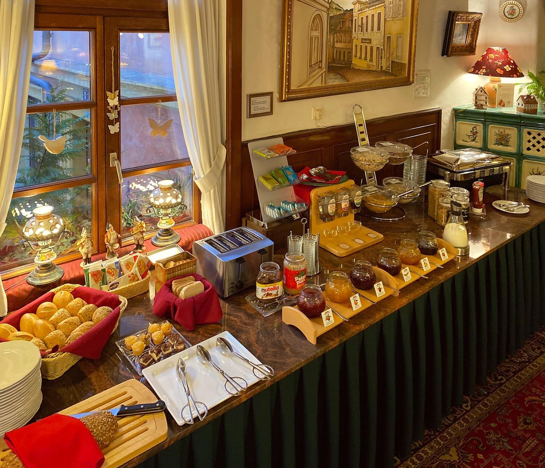 Frühstücksbuffet vor Corona Brötchen und Marmelade