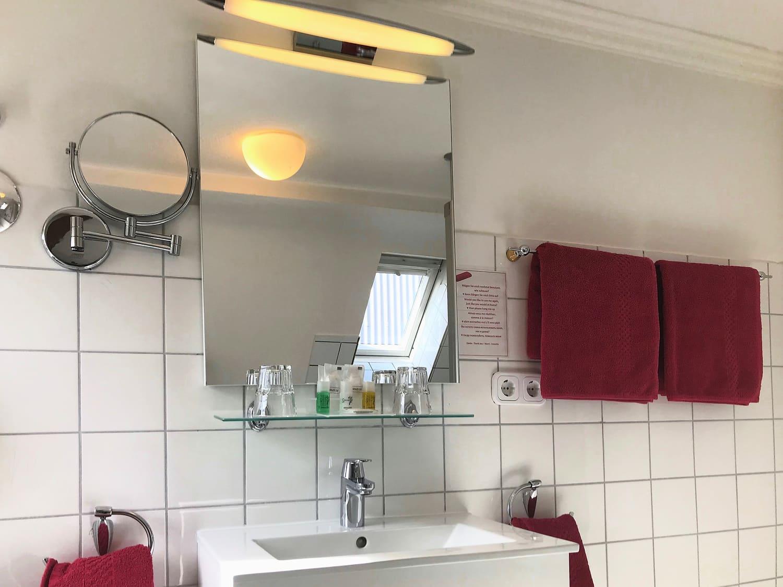 Dachgeschoss Dreibettzimmer Waschbecken