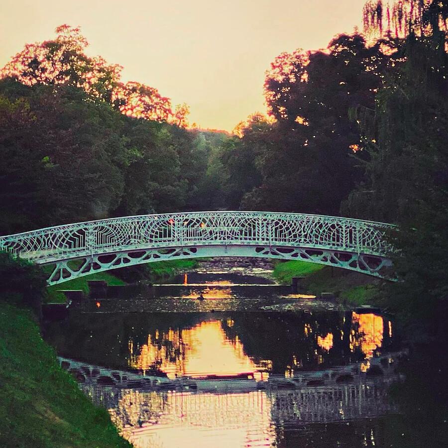 Lichtentaler Allee im Sommer Brücke und Sonnenuntergang